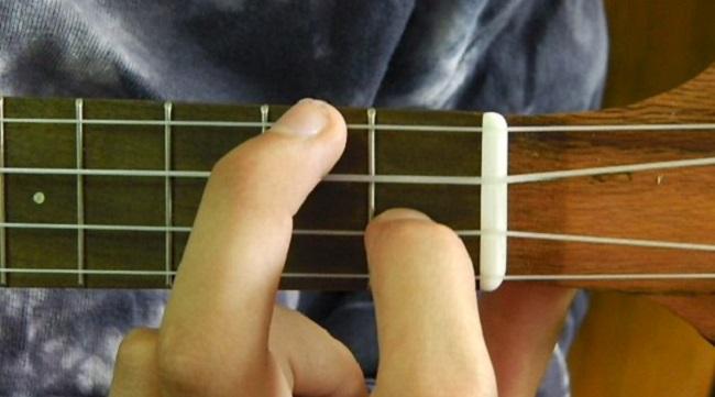 How to Play F Chord on Ukulele Fingering