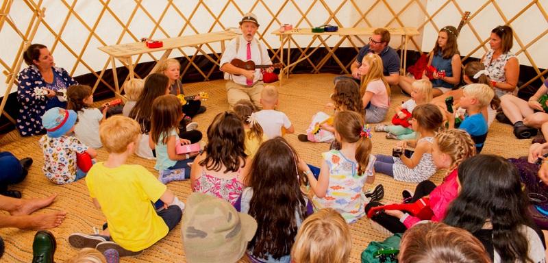 Teaching how to play happy birthday on ukulele